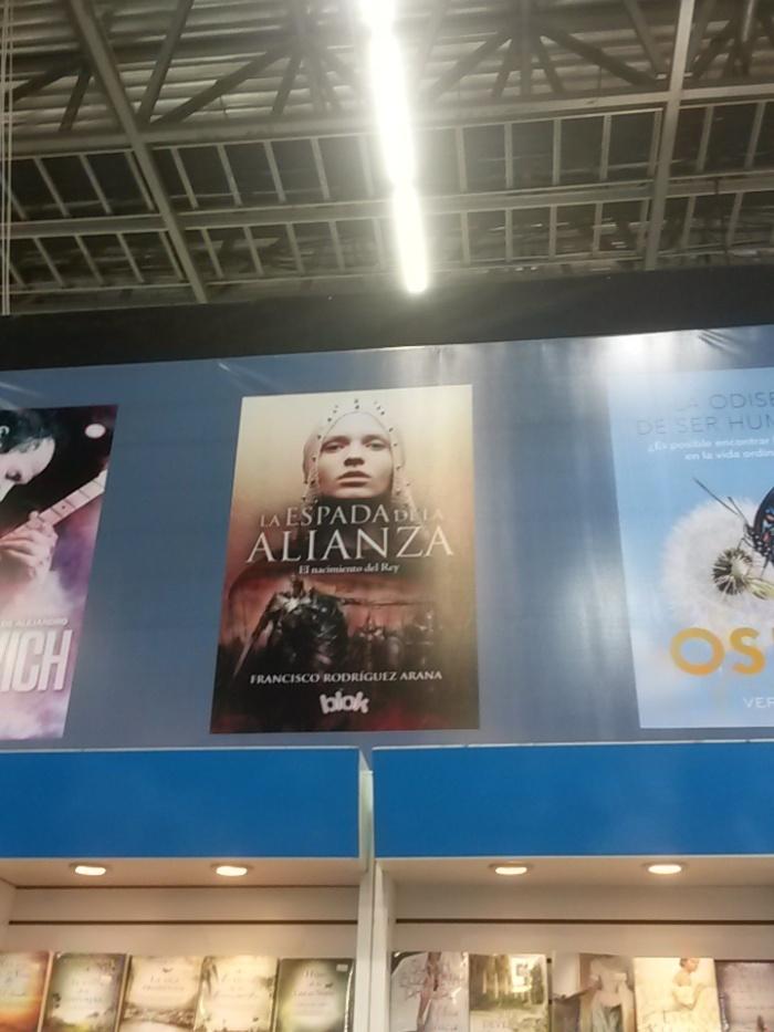 """El cartel promocional de """"La Espada de la Alianza"""" dentro del stand de Ediciones B en la FIL. Foto: Cortesía Francisco R."""