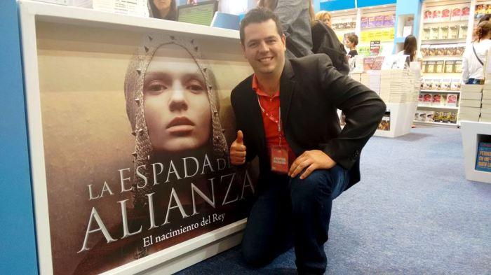 Francisco Rodríguez junto a uno de los promocionales de su obra, dentro del stand de Ediciones B en la FIL.  Foto: Cortesía Francisco R.