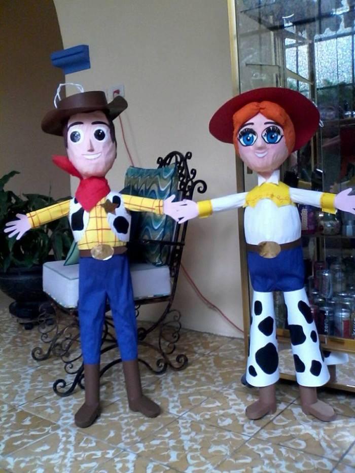 Piñatas de Toy Story. Foto tomada del Facebook de Piñatas ELISA Official, página que usa para promover sus creaciones