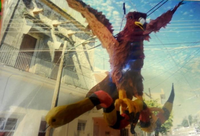 El águina devorando la serpiente amarilla. Imagen de cortesía