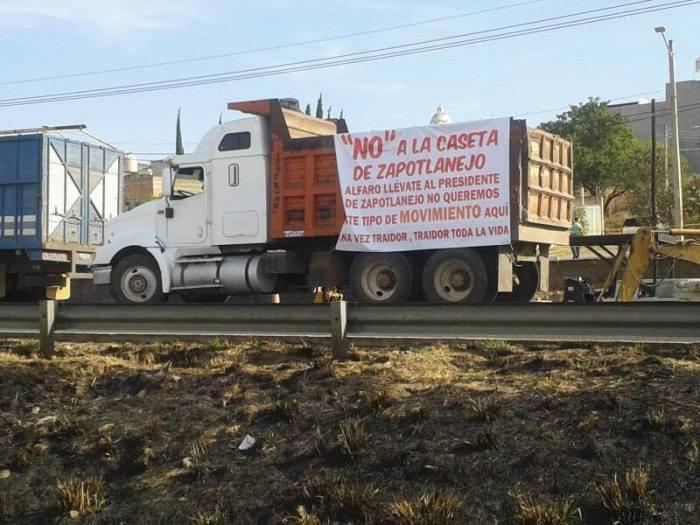 Colgaron pancartas y mantas en camiones de carga