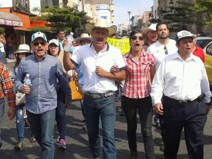 Durante la marcha pasaron por la calle Juárez y se detuvieron frente a la presidencia municipal.