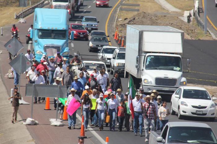 La manifestación comenzó en la plaza principal y de ahí se fueron en carabana hacia el kilómetro dos de la autopista