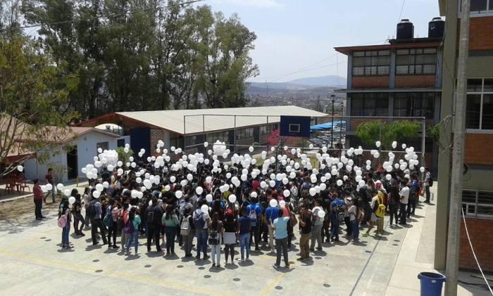 Estudiantes de la Preparatoria Regional de Zapotlanejo soltaron globos blancos y aplaudieron al Profesor Ángel López durante un minuto (Foto: Facebook)