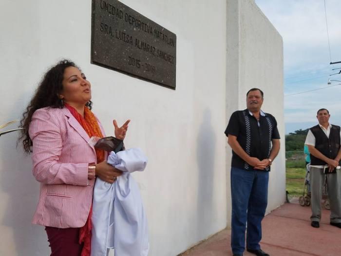 María Luisa Martínez Almaráz, durante la inauguración de la unidad deportiva de Matatlán, al lado del alcalde de Zapotlanejo, Héctor Álvarez.