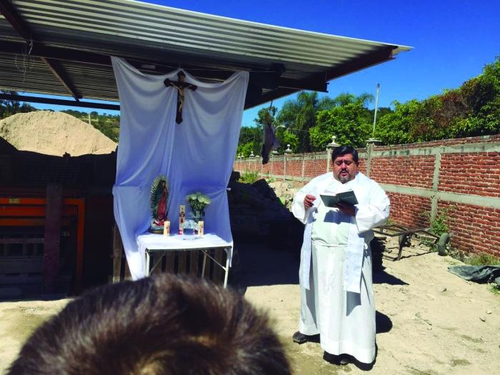 El Señor Cura Juan Manuel Ramírez realiza la bendición de la empresa BlockZa