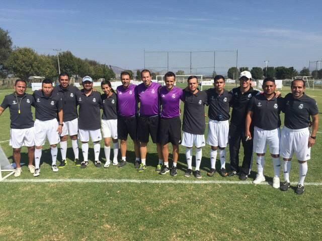 Brandon Olivarez (Quinto de derecha a izquierda) es parte del equipo de trabajo en la Fundación Real Madrid. (Foto: Cortesía).