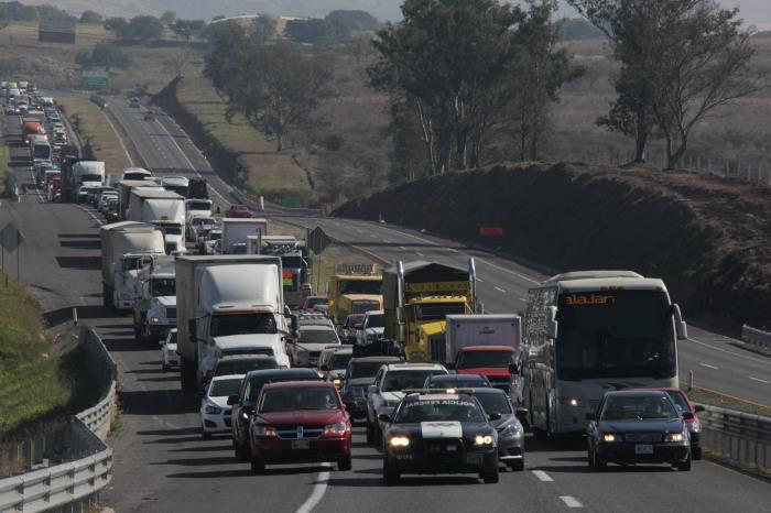 Por más de una hora la circulación de la autopista Zapotlanejo - Guadalajara estuvo detenida debido a la manifestación. (Foto: Brandon Olivarez).