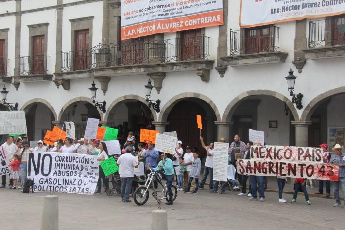 """Durante más de una hora vecinos de Zapotlanejo se manifestaron en contra del """"gasolinazo""""."""