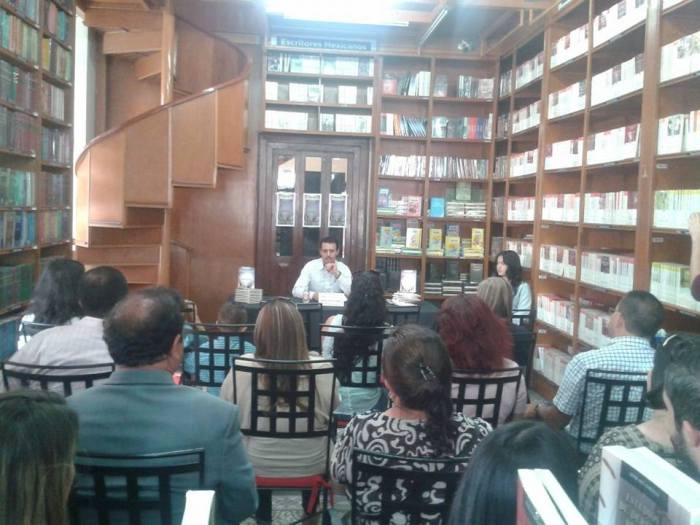 Marcos Olivares en la sede de Porrúa. Esta imagen la comparte en el Facebook:  Pensamientos del alma de Marcos Olivares Robles