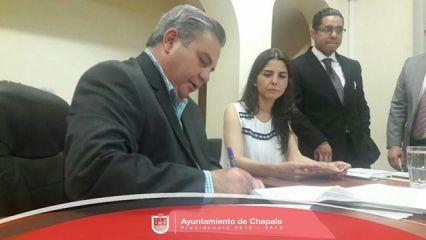 Javier Degollado al firmar el convenio de Fortaseg