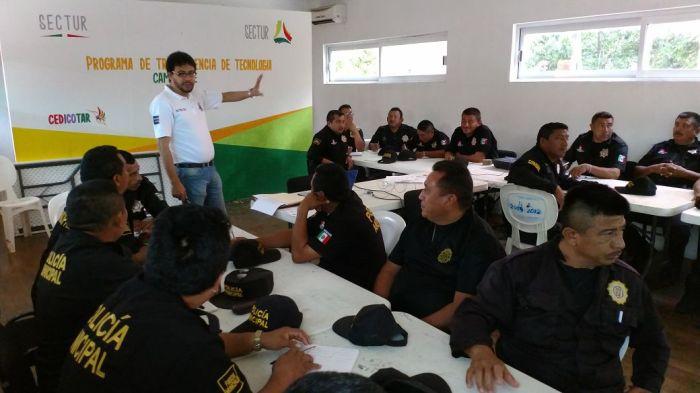 El Lic. Marcos González, de González Romo y Asociados, capacitando a la Policia en Campeche