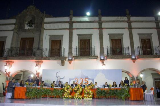 La sesión solemne se realizó en la explanada de la presidencia municipal. Foto: Edgar Olivares