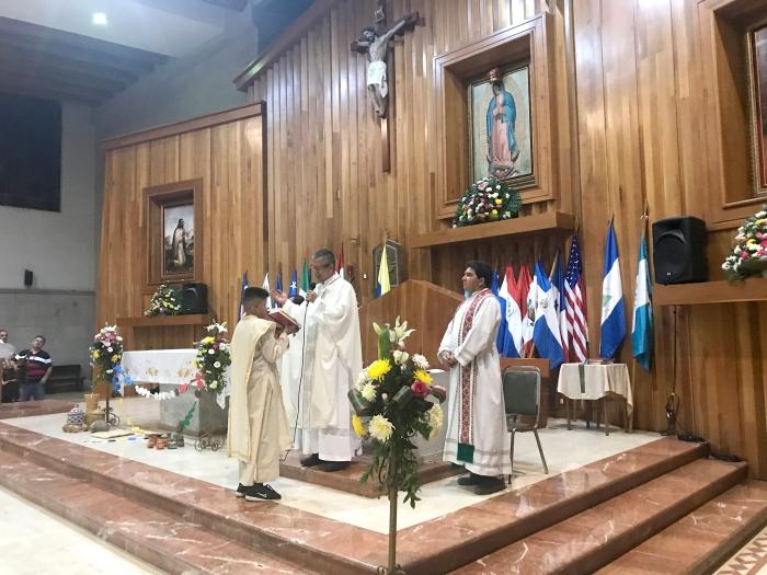 El Padre Oswaldo Pulido durante la celebración